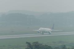 Atterrissage thaïlandais de voie aérienne de sourire en brume à l'aéroport de krabi Photos libres de droits