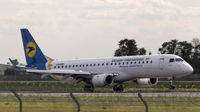 Atterrissage Ukraine International Airlines Embraer 190 avions Photographie stock libre de droits