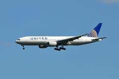 Atterrissage uni de Boeing 777 Photographie stock libre de droits