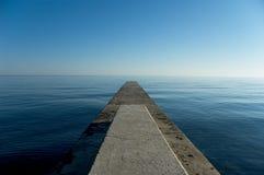 Atterrissez le jutting à l'extérieur dans la mer Image libre de droits