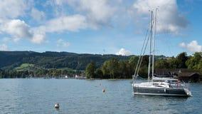 ATTERSEE, SALZKAMMERGUT/AUSTRIA - 9月18日:游艇停泊了o 库存图片