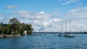 ATTERSEE, SALZKAMMERGUT/AUSTRIA - 9月18日:游艇停泊了o 图库摄影