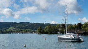 ATTERSEE SALZKAMMERGUT/AUSTRIA - SEPTEMBER 18: Yachter förtöjde nolla Arkivbilder