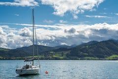 ATTERSEE SALZKAMMERGUT/AUSTRIA - SEPTEMBER 18: Yachter förtöjde nolla Royaltyfria Bilder