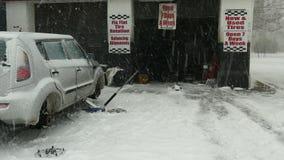 Attesa dell'automobile per cambiare gomma nel giorno della neve archivi video