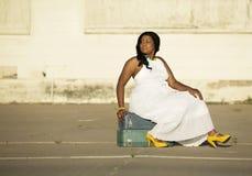 Attesa della donna dell'afroamericano Fotografie Stock