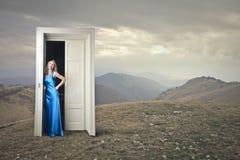 Attesa della donna elegante Fotografie Stock Libere da Diritti