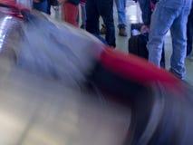 Attesa della gente del nastro trasportatore dell'aeroporto di reclamo di bagaglio Fotografia Stock Libera da Diritti