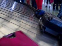 Attesa della gente di reclamo di bagaglio del nastro trasportatore dell'aeroporto Immagini Stock