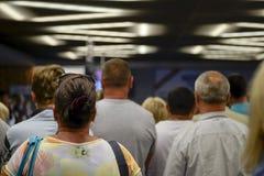 Attesa della gente nella linea veduta da dietro blurry immagini stock libere da diritti