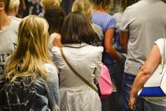 Attesa della gente nella linea veduta da dietro blurry fotografia stock