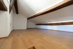 Free Attic With Wooden Beams And Parquet Stock Images - 138522764