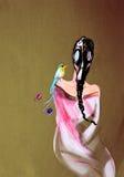 Attingere carta della donna in maschera antigas con l'uccello di paradiso Fotografie Stock Libere da Diritti