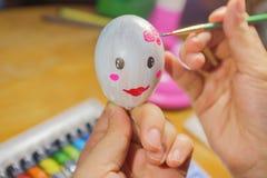 Attingere la preparazione dell'uovo per Pasqua Fotografia Stock