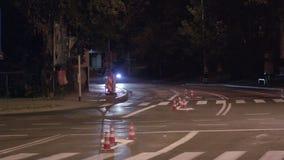Attingere la segnaletica stradale con pittura bianca immagini stock
