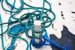 Attirail bleu sur la photo blanche rustique d'abrégé sur bateau Corde bleue rustique sur le bois blanc Détail extérieur de yacht  image libre de droits