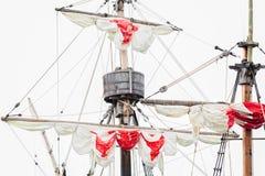 Attirail d'un vieux navire de navigation - un mât, un mât, a soulevé les voiles blanc rouge, cordes image libre de droits