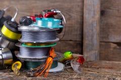 Attirail de pêche sportive, amorces, bobines, bobine avec la ligne Photo libre de droits