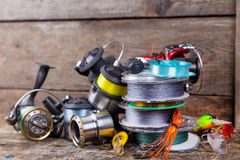 Attirail de pêche sportive, amorces, bobines, bobine avec la ligne Image stock