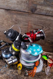 Attirail de pêche sportive, amorces, bobines, bobine avec la ligne Photographie stock libre de droits