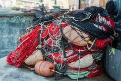 Attirails, attirail et filets colorés de pêche dans le port images stock