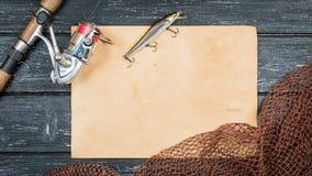 Attirails de pêche - pêche, crochets et amorces, un fond en bois Photos stock