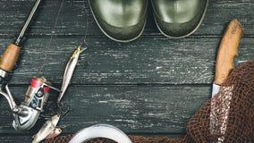 Attirails de pêche - pêche, pêche, crochets et amorces, une vieille feuille o Photographie stock libre de droits