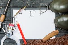 Attirails de pêche - pêche, pêche, crochets et amorces, une vieille feuille o Photo libre de droits