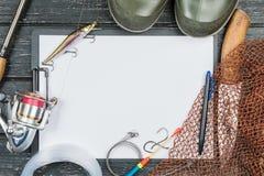 Attirails de pêche - pêche, pêche, crochets et amorces, une vieille feuille o Photographie stock
