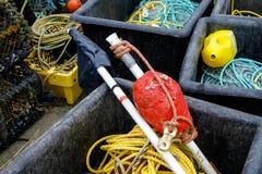 Attirails de pêche dans des caisses au port de Mudeford, Dorset Images libres de droits