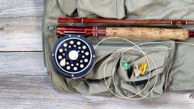 Attirails de pêche de truite sur le gilet de pêche Photos libres de droits