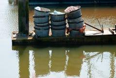 Attirails de pêche sur le dock photographie stock libre de droits