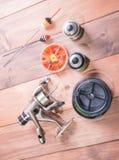 Attirails de pêche sur le fond en bois La ligne de pêche, la bobine pour la bobine flotte Photo stock