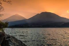 Attirando sul lago Atitlan immagine stock