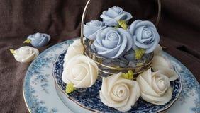 attirez le gâteau thaïlandais traditionnel de sucrerie de dessert dans le panier de plat en céramique et de laiton Photographie stock libre de droits
