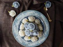 attirez le gâteau thaïlandais traditionnel de sucrerie de dessert dans le panier de plat en céramique et de laiton Photo stock