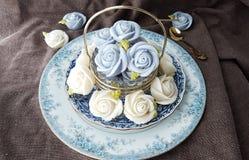attirez le gâteau thaïlandais traditionnel de sucrerie de dessert dans le panier de plat en céramique et de laiton Image stock