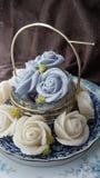 attirez le gâteau thaïlandais traditionnel de sucrerie de dessert dans le panier de plat en céramique et de laiton Images libres de droits