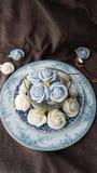 attirez le gâteau thaïlandais traditionnel de sucrerie de dessert dans le panier de plat en céramique et de laiton Images stock