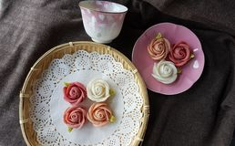 attirez le gâteau thaïlandais traditionnel de sucrerie de dessert dans le panier de plat en céramique et de laiton Photo libre de droits