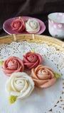 attirez le gâteau thaïlandais traditionnel de sucrerie de dessert dans le panier de plat en céramique et de laiton Photographie stock