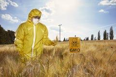 Attivista che protesta contro i cereali geneticamente modificati sul campo Immagini Stock Libere da Diritti