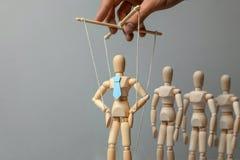 Attivista e lavoratori del burattino del capo Concetto di come dirigere capo in gruppo Bambola in legame sulle corde controllate  immagine stock