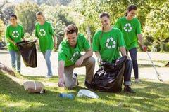 Attivisti ambientali che prendono rifiuti Fotografia Stock Libera da Diritti