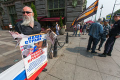 Attivisti dell'organizzazione antioccidentale NLM SPb (movimento di liberazione nazionale) di pro-Putin, sul Nevsky Prospekt Fotografie Stock Libere da Diritti