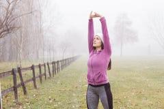 Attività all'aperto della donna sportiva di forma fisica Fotografia Stock