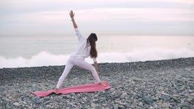 Attività all'aperto di yoga sulla riva video d archivio