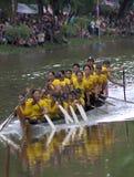 Attività all'arrivo Prova della barca della ragazza per vincere corsa durante il touk di Bon OM Immagine Stock Libera da Diritti