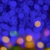 Attività astratta della città della sfuocatura o fondo leggero porpora di giallo di verde blu del night-club Fotografie Stock