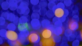 Attività astratta della città della sfuocatura o fondo leggero porpora di giallo di verde blu del night-club Fotografia Stock